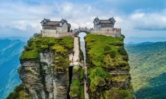 Ngôi chùa nằm trên đỉnh núi tách đôi được ví như 'tiên cảnh nhân gian' nhưng vẫn tồn tại bí ẩn khiến hậu nhân đau đầu
