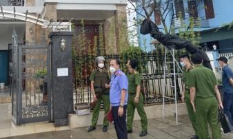 'Đại ca' điều đàn em mang dao đến chém 2 người tiểu bậy, gây hấn trước cửa nhà