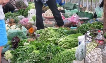 Lo mưa lụt kéo dài, người Hà Nội tranh thủ đi mua thực phẩm tích trữ