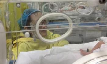 Nhói lòng hình ảnh thiếu úy bị ung thư lần đầu cũng là lần cuối gặp con