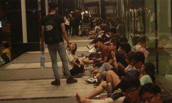 Hàng trăm bạn trẻ Sài Gòn 'cắm trại' thâu đêm trước trung tâm thương mại chờ mua giày hiệu
