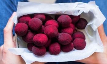 Tận dụng nguyên liệu cực dễ kiếm để làm truffle đỏ rực độc đáo, sang chảnh