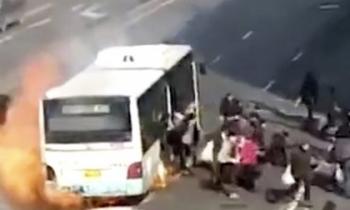 Video: Xe buýt bốc cháy ngùn ngụt, 50 người giẫm đạp chạy thoát thân