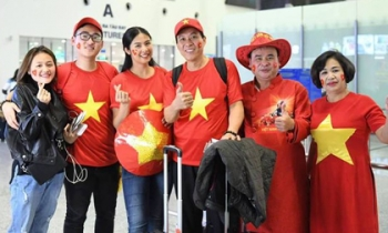 Hoa hậu, MC 'đỏ rực' sân bay Dubai để cổ vũ VN trước trận gặp Nhật