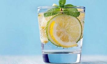 Đừng tưởng nước chanh vô hại, uống sai cách bạn sẽ nhận ngay 7 'tác dụng phụ' này