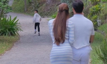 Khoảnh khắc vợ chồng Kim Lý - Hà Hồ dõi theo con trai Subeo gây xúc động