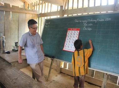 Hình ảnh Giáo sư Ngô Bảo Châu đi dép lê dạy trẻ em miền núi gây xúc động