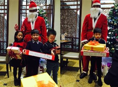 Hồ Ngọc Hà hạnh phúc khi con trai được nhận quà Noel