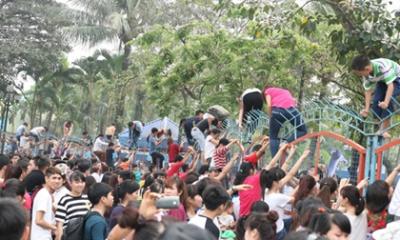 Vỡ trận công viên nước : Nam nữ thi nhau vượt rào sắt, nhiều người rách cả nội y