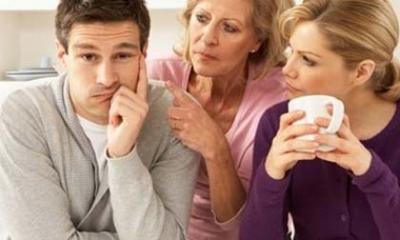 Sợ con trai 'quá sức', mẹ chồng trắng đêm canh cửa phòng tân hôn