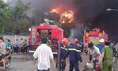 Lửa bao trùm công ty nệm Vạn Thành ở Sài Gòn, khói đen nghi nghút