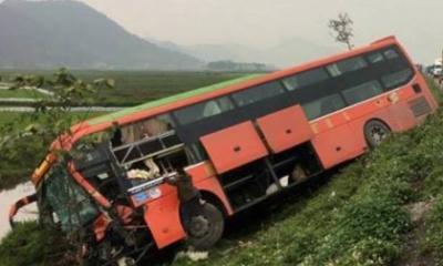 Tin nóng mới nhất trưa 26/2: Tai nạn liên hoàn, xe khách lao xuống ruộng