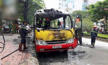 Hà Nội: Xe buýt đang đi bỗng bốc cháy dữ dội chỉ còn trơ khung, nhiều người thoát chết