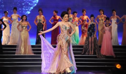 """Những trang phục """"thảm họa"""" đêm Chung kết HHVN 2012"""