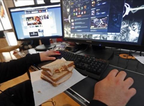 Nên bỏ việc ăn trưa trước máy tính