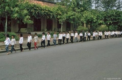 Học sinh xếp hàng vào thăm lăng Bác.