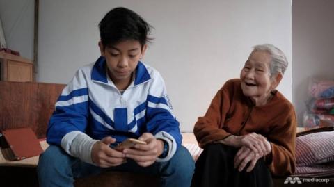 Cụ Lê Thi (phải), 97 tuổi, và cháu trai. Ảnh: Meidacorp.
