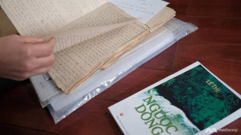 Cụ Thi xuất bản cuốn tiểu thuyết dài 600 có tựa đề 'Ngược dòng' vào năm 2010. Đây là cuốn truyện tự sự về chính cuộc đời mình, do cụ tự tay đánh máy trong hai năm. Ảnh: Mediacorp.