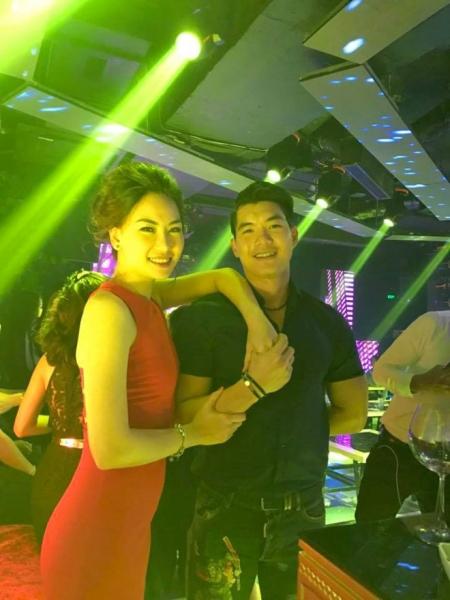 Trương Nam Thành và Thùy Linh trong đêm cầu hôn. Ảnh: NVCC.