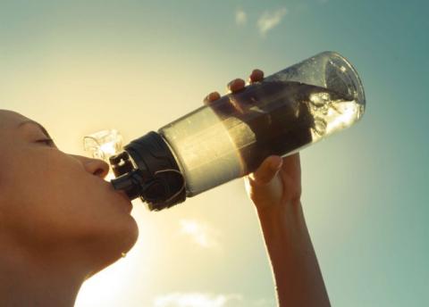 Khi khát mới uống nước là sai lầm. Ảnh: Stock.