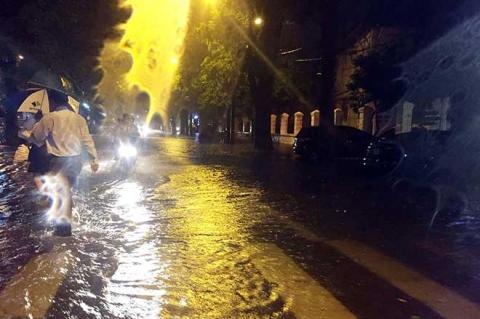 HN: Mưa như thác đổ, nhiều tuyến phố biến thành sông - 3