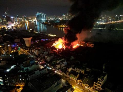 Cháy lớn kèm nhiều tiếng nổ trong nhà kho ở cảng Sài Gòn - Ảnh 3.