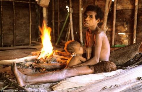 Sức sống phi thường của bộ lạc sống trong những ngôi nhà trên cây cao tới 50m, tách biệt với loài người - Ảnh 8.