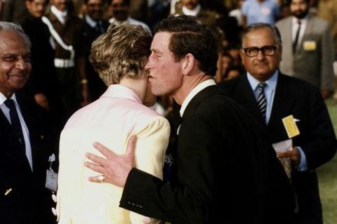 Những khoảnh khắc tố cáo sự suy sụp và dự báo tương lai bất hạnh của Công nương Diana lần đầu được tiết lộ - Ảnh 14.