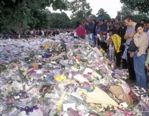 Sự ra đi của Công nương Diana: Nước Anh rúng động, tang thương và tỷ lệ tự tử tăng bất thường phía sau - Ảnh 2.