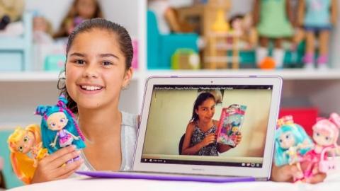 Bé gái tiểu học thành nữ hoàng Youtube chỉ nhờ đồ chơi - 1
