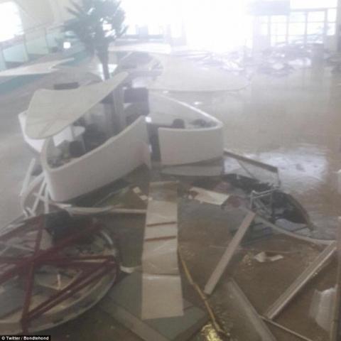 Khu vực Caribbe hoang tàn khi bão Irma đổ bộ, nhiều hòn đảo gần như bị phá hủy hoàn toàn - Ảnh 10.