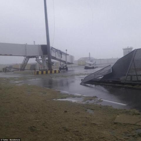 Khu vực Caribbe hoang tàn khi bão Irma đổ bộ, nhiều hòn đảo gần như bị phá hủy hoàn toàn - Ảnh 11.