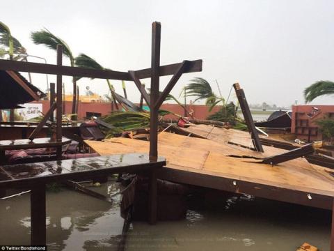 Khu vực Caribbe hoang tàn khi bão Irma đổ bộ, nhiều hòn đảo gần như bị phá hủy hoàn toàn - Ảnh 13.