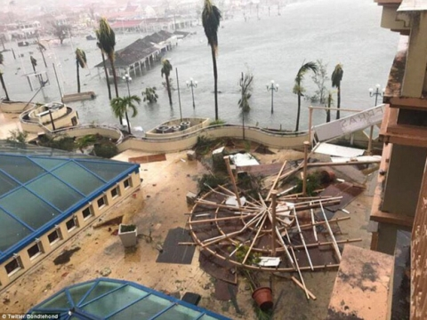 Khu vực Caribbe hoang tàn khi bão Irma đổ bộ, nhiều hòn đảo gần như bị phá hủy hoàn toàn - Ảnh 16.