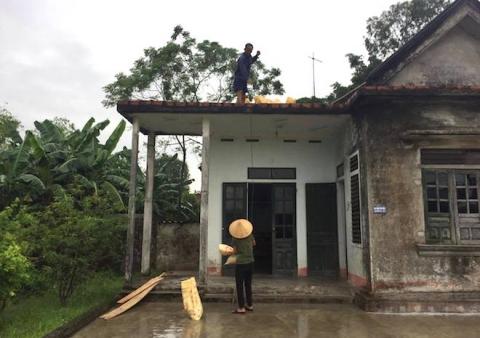 Ảnh: Người dân hối hả chằng nhà, tháo mái tôn hàng loạt để tránh bão - Ảnh 17.