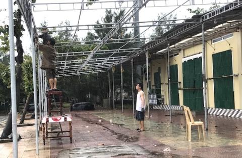 Ảnh: Người dân hối hả chằng nhà, tháo mái tôn hàng loạt để tránh bão - Ảnh 12.