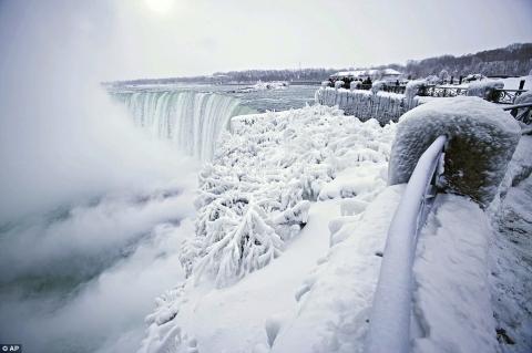 Cảnh tượng đáng sợ nhưng cũng hiếm gặp: Thác nước hùng vĩ bậc nhất nước Mỹ đóng băng dưới thời tiết giá lạnh - Ảnh 1.