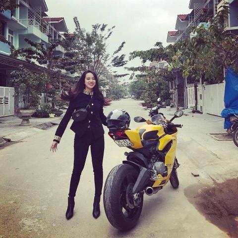 Cô gái Huế dịu dàng cưỡi motor vàng nửa tỷ dạo phố là tâm điểm MXH hôm nay - Ảnh 3.