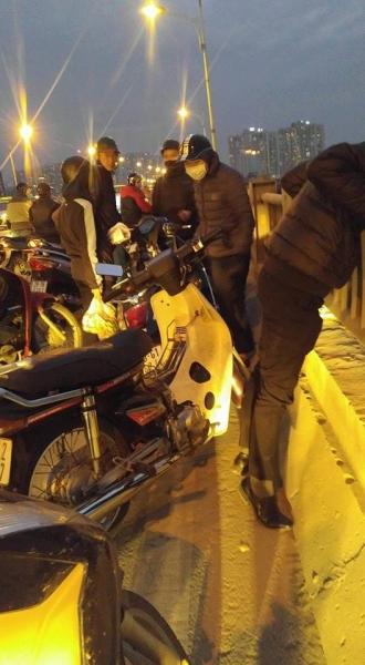 Hà Nội: Nam thanh niên đang đi ô tô bất ngờ mở cửa nhảy xuống sông Hồng - Ảnh 1.