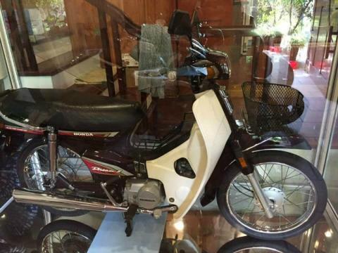 Xôn xao Honda Dream II để trong tủ kính giá vài lô đất Hà Nội - 4