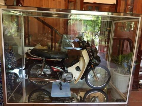 Xôn xao Honda Dream II để trong tủ kính giá vài lô đất Hà Nội - 1