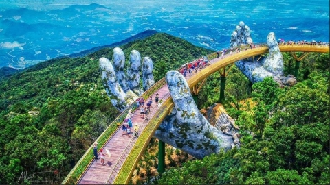Dân tình bấn loạn trước cây cầu vàng hình bàn tay khổng lồ ở Đà Nẵng, rần rần rủ nhau đến check in - Ảnh 2.