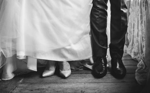 Chỉ vì xe dẫn dâu muộn 10 phút, tôi nhận ngay cái tát như trời giáng từ chồng ngay trong ngày cưới