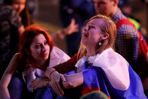 Những bóng hồng Nga bật khóc khi đội nhà dừng bước ở World Cup