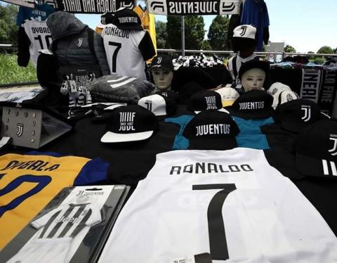 """""""Siêu bom tấn"""" Ronaldo: Chê """"núi tiền"""" Trung Quốc, Juventus đã bán áo CR7 - 2"""