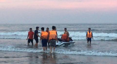 4 người bị sóng cuốn trôi khi tắm biển ở Thanh Hóa - 1