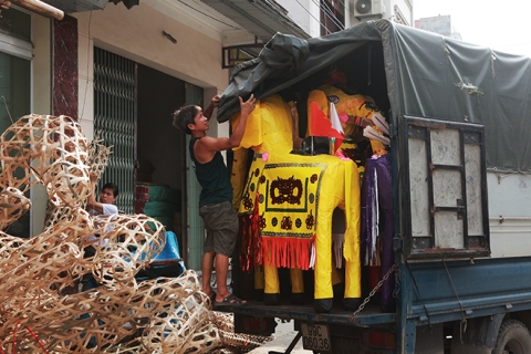 """Cận tháng cô hồn, người người đổ về Bắc Ninh mua """"nhà lầu, xe hơi, đồ trang sức"""" - 4"""