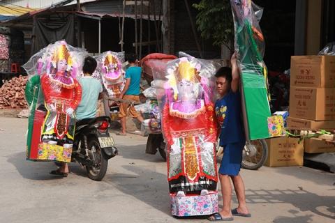 """Cận tháng cô hồn, người người đổ về Bắc Ninh mua """"nhà lầu, xe hơi, đồ trang sức"""" - 6"""