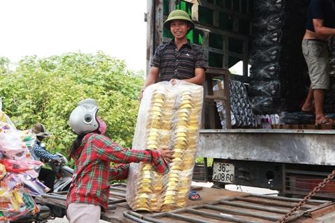 """Cận tháng cô hồn, người người đổ về Bắc Ninh mua """"nhà lầu, xe hơi, đồ trang sức"""" - 10"""