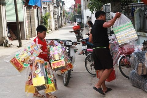 """Cận tháng cô hồn, người người đổ về Bắc Ninh mua """"nhà lầu, xe hơi, đồ trang sức"""" - 7"""